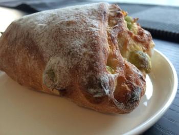進々堂ポルタ店の一番人気は「アリコヴェール」。  パン生地に、うぐいす豆がたっぷりと入っています。豆の甘味が程よく美味と評判のパンです。