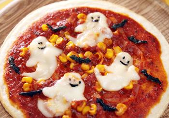 市販のピザ生地を使って、気軽にデコピザを楽しみましょう♪キッチンばさみですべて作れます。溶けたチーズがおばけらしさをさらに演出!