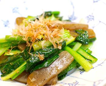 小松菜とコンニャクを合わせることで、歯ごたえのある満足度の高いレシピ。味も濃厚で、お酒がどんどん進んじゃうレシピです。
