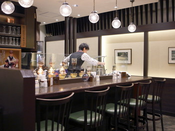 ◆Cafe KOTO  「Cafe KOTO」は、美味しい軽食と、サイフォン式の淹れたて珈琲を楽めるカフェ。オリジナルブレンドの「KOTOブレンド珈琲」は、苦味と酸味のバランスが抜群。まろやかで、深い味わいです。