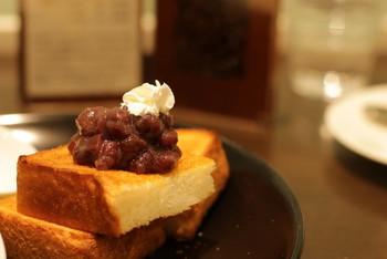 軽食は、サンドイッチやクロックムッシュ、トースト等。ケーキやパフェなどのスウィーツも充実しています。  オススメは、「宝泉」の小豆餡を用いた「丹波大納言小豆トースト」。バターのコク、香ばしいトーストとの取り合わせが絶妙です。