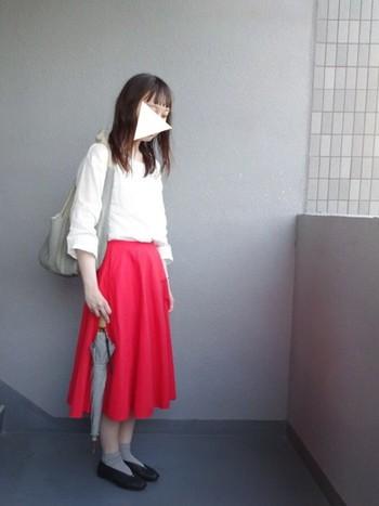 秋の長雨の時期には、パッと鮮やかな赤のスカートで気分を晴れやかにしたいものです。明るいカラーのスカートを持ってきたら、ほかの色は落ち着いた色でまとめると派手になりすぎず上手にまとまりますね。