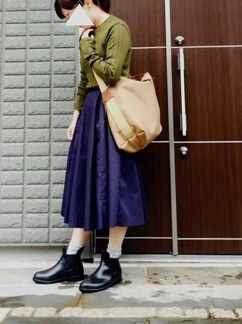 ネイビーとカーキの色合わせは秋らしくて素敵ですね。大きめバッグとサイドゴアブーツでお出かけにピッタリのコーデです。旅行にもいいですね。
