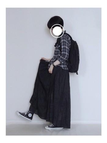 ロングスカートにハイカットスニーカーの組み合わせはとってもオシャレですね。チェックのシャツにはいつもデニムを合わせてしまうという人は、たまにはロングスカートを合わせてみませんか?