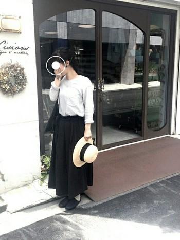 秋の旅行にピッタリのシックな装い。清楚なブラウスに女性らしいロングスカート。外で過ごすことが多い旅行には欠かせない帽子はコーデのアクセントになっていますね。