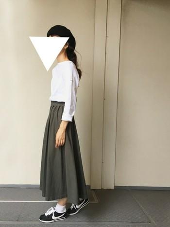 白×黒×カーキの大人シックな3色コーディネート。アイテムによってはメンズライクになりがちなカーキですが、スカートとして取り入れると女性らしさがプラスされて調和が取れたスタイルが完成します。