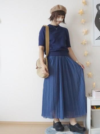 まだまだ暑い日が続く初秋…。こんなきれいなブルーのスカートなら気分もウキウキしますね。ベレー帽に秋らしい靴をプラスして、五分袖でも秋らしい装いに。