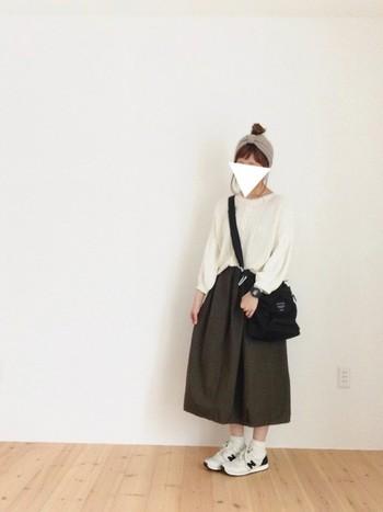 たっぽりしたバルーン袖がかわいいニットに、スカートもボリューミーなバルーンスカートを合わせた可愛らしい仕上りに。 います。おだんごヘアー×ヘアバンドですっきりさせたコーディネートに。