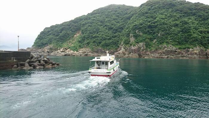 島へ渡るには定期船を利用します。佐伯・蒲江港から途中、屋形島経由で深島へ行きます。所用時間約30分。