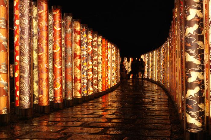嵐山花灯路へは、阪急電鉄以外にも、路面電車・京福電鉄を利用してアクセスすることができます。京福嵐山駅構内には、京友禅をライトアップしたポール約600本から成る「キモノフォレスト」があります。