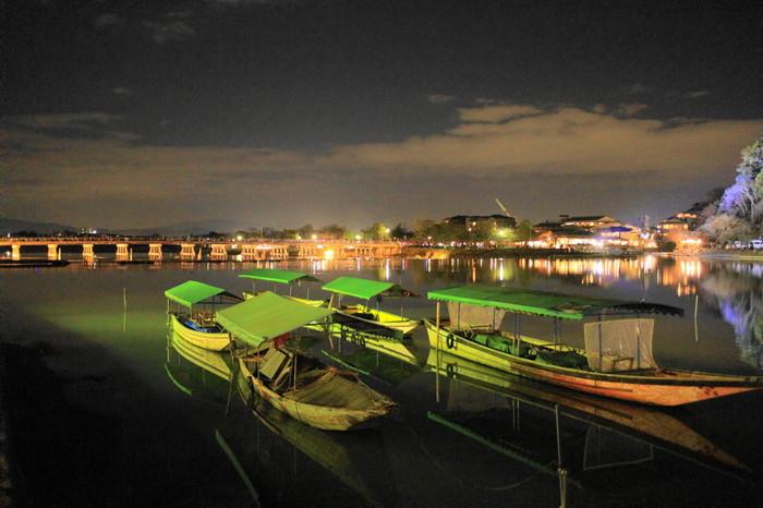 日中は大勢の観光客を乗せるボートも、花灯路が灯される時間帯は静かに停泊しています。