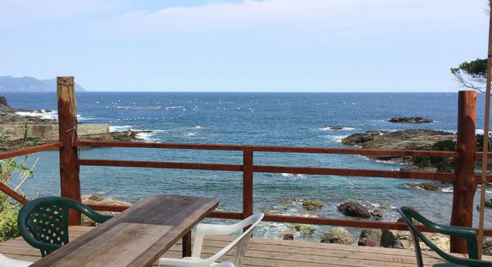 食堂のデッキから眺める海。晴れていればこの風景ももれなくついてきます。(デッキや食堂でネコへのエサやりはできませんのでご了承下さい)