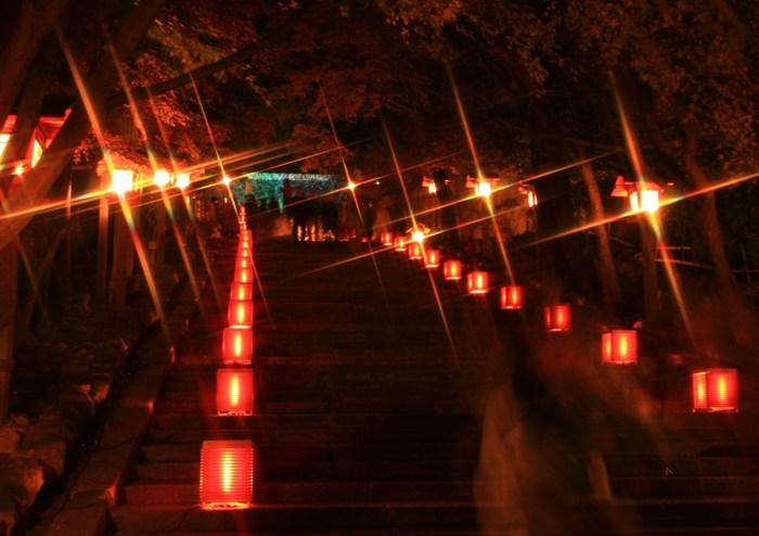 法輪寺の山門へと続く急勾配の石段は、路地行灯と燈籠に照らされ、美しく変貌します。
