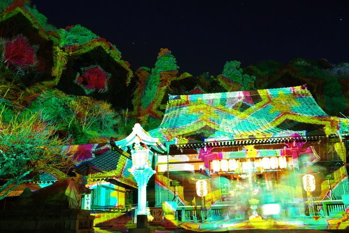 七色に輝く光に照らされ境内は、モダンアートと和の情緒が入り混じった独特の雰囲気が漂っています。