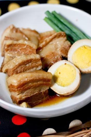 じっくりと煮込むことによって、とろーりとお口の中でほどけるお肉が絶品! 豚の角煮です。