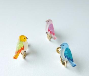 ほんのりとラメが入ったデザインが可愛らしい、小鳥のイヤリングです。 プラバンで作ったとは思えない、きれいなアイテムです。