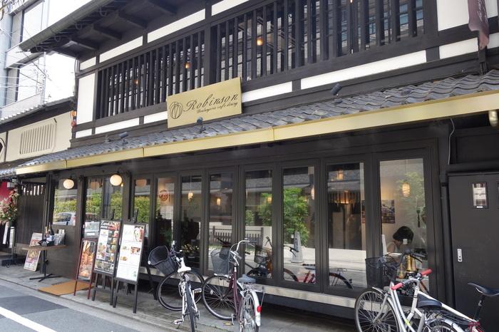 ロビンソン烏丸は、白い漆喰壁と黒い柱のコントラストが美しい京町屋建物のイタリアンレストランです。
