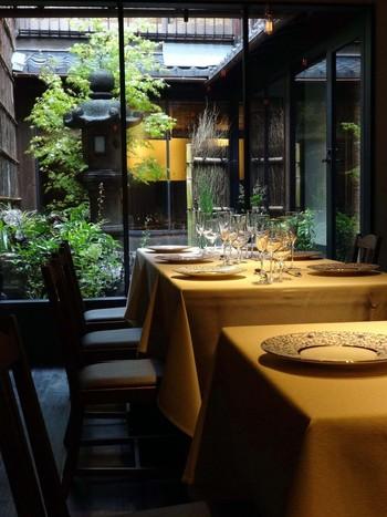 よく手入れされた中庭のある店内は、落ち着いた居心地の良い空間となっています。