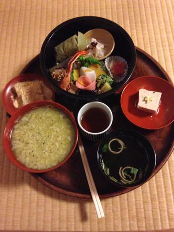 奈良に来たら、一度は食べておきたい茶がゆ。【塔の茶屋】は興福寺の境内にある老舗です。素朴なお味の茶がゆと、優しいお味のお惣菜が味わえる『茶がゆ弁当』が人気です。(11:30~16:00)