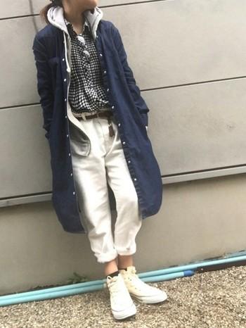 パーカーの上にデニムシャツワンピを羽織ったコーディネートです。秋冬はダークカラーのファッションが多くなるので、パンツはホワイトで爽やかに。