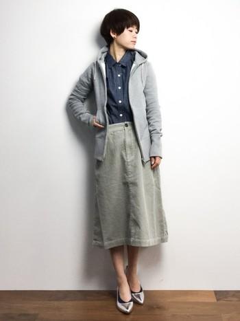 タイトなスカートやパンプスを合わせることで、女らしくパーカーを着こなしているコーディネートです。全体をグレートーンでまとめているのもポイント。