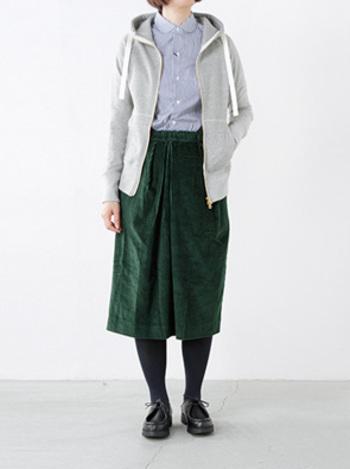 グレーはどんな色にも合わせやすいので、グリーンのスカートを主役にしたコーディネートに。シャツできっちり感もプラスして。
