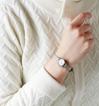 ニットの袖からチラッと見せて、ファッションのワンポイントに。  今回はどんな服にも合う、シンプルで洗練されたデザインの腕時計を5つご紹介していきます。シンプルながらも、どれもこだわりのコンセプトを持ったアイテム達です。