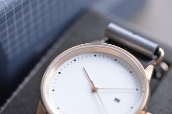こちらのアナログウォッチ「Maverick」というモデルは時計盤に数字のないシンプルなデザイン。レザーベルトも薄くしなやかで、毎日身につけたい肌触りです。