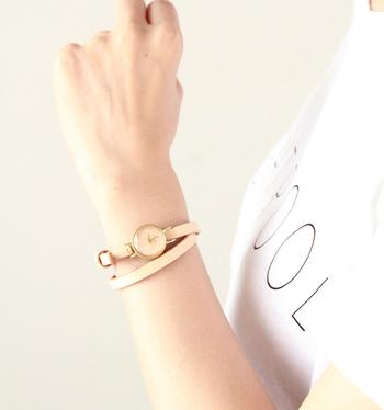 細身の長いベルトを2重に巻いて留めることができます。腕時計は動かないよう固めに留める人が多いかと思いますが、この腕時計なら少しゆるめに、ラフに身につけてみても良いですね。  携帯電話が普及してあまり腕時計をつける人も少ないという昨今。ブレスレットのようなアクセサリーとして腕時計を身につけてみるのはいかが?