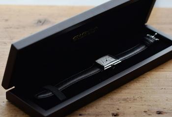 腕時計の色に合わせたブラックのウッドケース。高級感があるので就職祝いや記念日の贈り物としても良いですね。