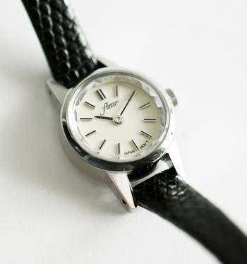 文字盤のふちが宝石のようにカットされているのもポイント。小ぶりな見た目に合うようにデザインされたシンプルな文字盤も上品で、贈り物にもぴったりな腕時計です。