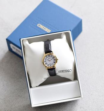 日本国内の腕時計ブランドとして有名な「SEIKO(セイコー)」。国内だけでなく、海外でも高い評価を受けているブランドです。  フォーマルでもカジュアルでもシーンを問わずに使える、高級感のある腕時計です。