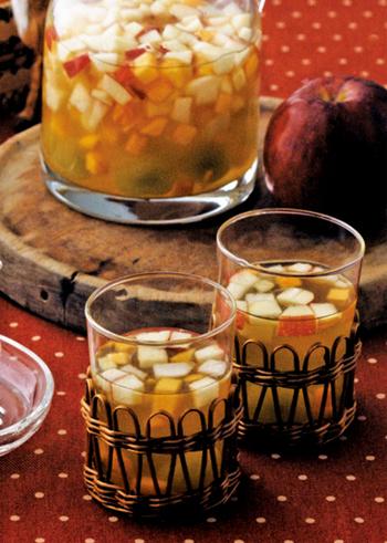 秋の果物をたっぷりと漬けこんだサングリア。飲み残しや安いワインでもフルーティなおいしいお酒に変身!色とりどりで見た目も華やかなのでパーティーにぴったりです。お子様用には、ワインではなく炭酸ソーダで作っても。