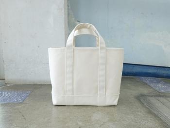 まずは基本のベーシックタイプを。ワードローブにひとつ、あると便利なシンプルトートバッグ。