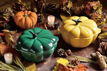 かぼちゃの形をした鋳物ホーロー鍋「ココット・パンプキン」。毎年ハロウィンの時期だけ登場する、特別感のあるココットです。今年の限定色は鮮やかな「カクタスグリーン」と「ハニー」の2色。このお鍋があれば、ハロウィンのホームパーティーはきっと盛り上がるはず!