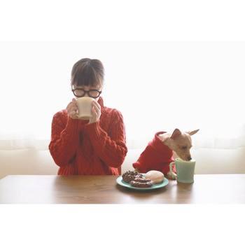 赤いお揃いのセーターを着てカフェタイム。 寒い冬でもこんなひと時を過ごせたら気持ちが温かくなりそう。