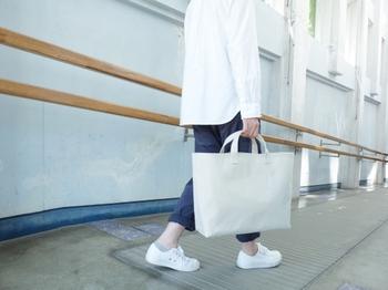 パラフィン加工9号帆布を使用した「Okeiko」。ネーミングの通り、お稽古バッグみたいなシルエット。