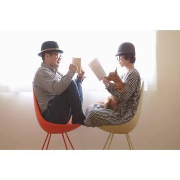 ドロップチェアに座って、卵のような姿勢で向き合って読書。 お部屋には他にもスペースがあるのに、みんなで寄り添って時間を過ごす。 そんな温かい時間が思い浮かぶ写真です。