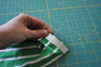 2. 本体の端に両面テープを貼ります。