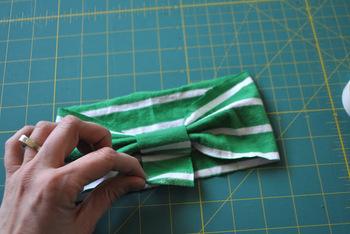 4. 接着した部分をタックを寄せるようにつまんで、小さな帯パーツでくるみ、両面テープで留めれば完成です。