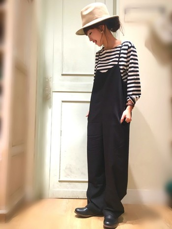 くったり素材にリラックスシルエットが可愛い、今季トレンドのキャミサロペット。オーバーオールやサロペットと聞くとカジュアルなイメージもありますが、とろみ感がある素材なら女性らしい雰囲気で着ることができます。コロンとした革靴をあわせれば、足元から秋を呼び込んでくれます。フェルトハットをプラスするだけで、シンプルなコーデが上品に格上げされますね◎