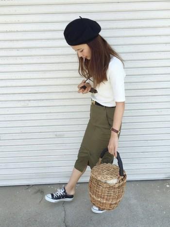 シンプルなデザインのリブハイネックTシャツはトレンドアイテムと相性抜群。ベレー帽とバケツ型バッグを合わせた、旬な雰囲気のコーディネートですね。