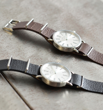 イギリスのキャムデンという豊かな産業の街からインスパイアされ生まれたブランド「THE CAMDEN WATCH COMPANY(ザ キャムデン ウォッチ カンパニー)」。  スチール製の大きめのラウンドケースに、しっかりしたシボ模様の牛革がスタイリッシュな雰囲気漂う腕時計の紹介です。