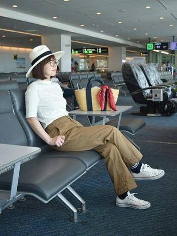 動きやすいチノパンツと合わせた、旅行ファッションにも良さそうなカジュアルコーデです。チラ見せしたラインソックスもポイントです。