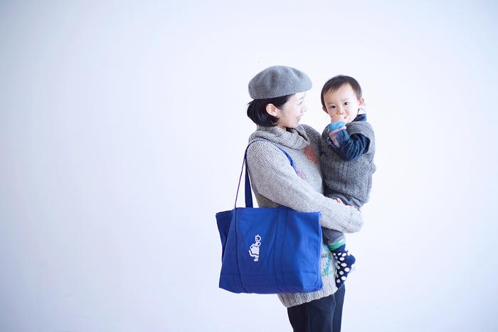 少し長めの持ち手だから、荷物をたくさん入れて肩に掛けるのにちょうどいい。容量たっぷりの大きめサイズでマザーズバッグとしてもおすすめです。