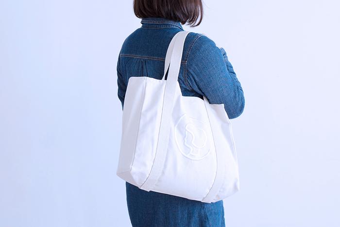 持ち手は長すぎず短すぎないちょうどいい長さで、手持ちにしても肩掛けにしてもどちらでも使いやすい便利なバッグです。