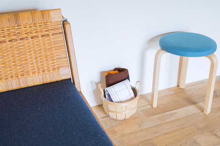 小ぶりなサイズなので、場所をとらずちょっとした収納にとても便利。ブランケットやスリッパなどを無造作に入れても様になります。