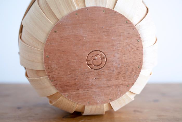 底も縁も丸い形がかわいい。それぞれ表情の違う木目が合わさって、自然が生み出した美しい模様を作り出しています。イヤマちゃんのブランドマークは、見えないところにさりげなく付いています。