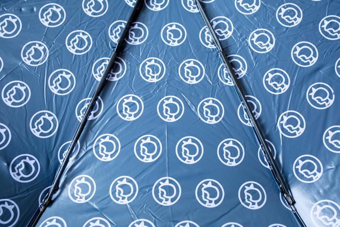 シンプルな折り畳み傘と思いきや、内側はイヤマちゃんのロゴマークが一面にプリントされています。たくさんのイヤマちゃんに囲まれてのおでかけは、雨の日でも楽しくなりそう。