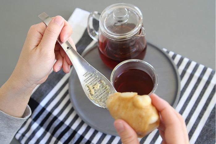 【UCHICOOK (ウチクック)】の「おろしスプーン」は、しょうがなどの小さな素材をすりおろすのに便利なアイテム。そのままカップの中に入れられるので、ジンジャーティーを作る時などに手軽に使えます。
